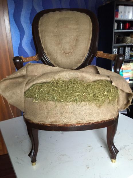 Toto křeslo je čalouněné klasickou technologií čalounění a jeho tvar je šitý ručně z africké trávy a koňských žíní